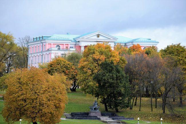 Neoclassical building in the park of skvier Starascinskaja Slabad